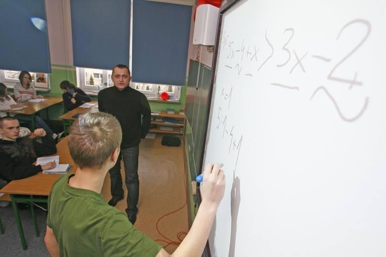 Pracę w szkołach w Łodzi po likwidacji gimnazjów straci ponad 450 nauczycieli gimnazjów. Dla ponad 450 zwalnianych nauczycieli Urząd Miasta Łodzi ma