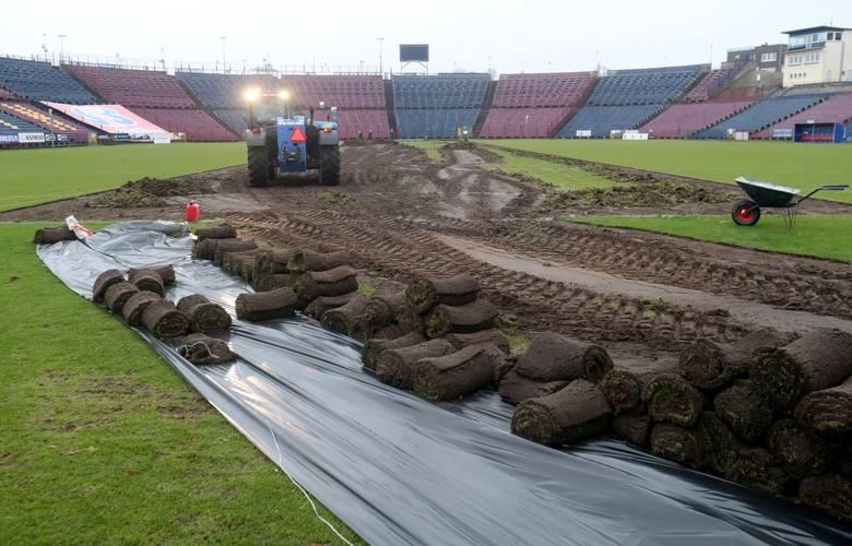 W tej chwili na stadionie Pogoni przy ul. Twardowskiego trwają prace przy wymianie murawy. To warunek konieczny przed kolejnym meczem. Wymiana trawy
