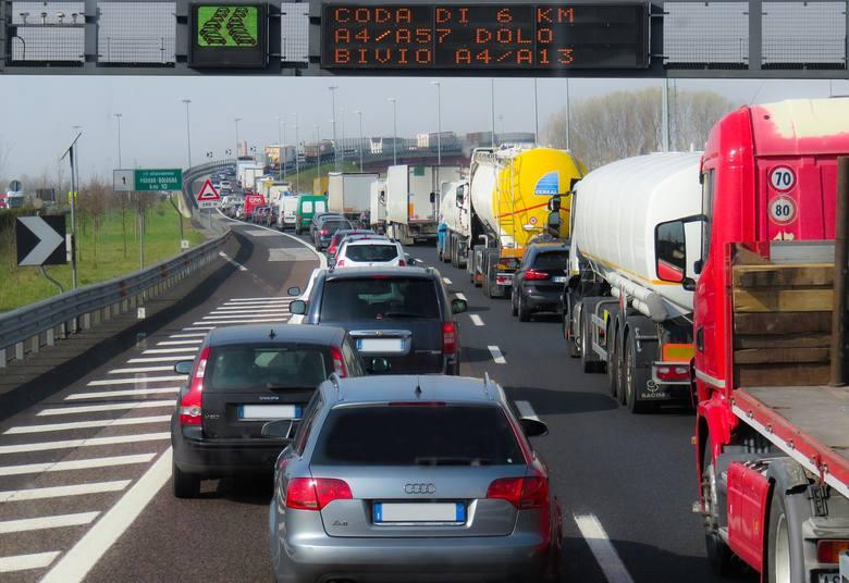 Branża transportowa boryka się z brakiem kierowców zawodowych. Zapotrzebowanie na ludzi chętnych do pracy w tym zawodzie jest ogromne. Jak wynika z szacunku