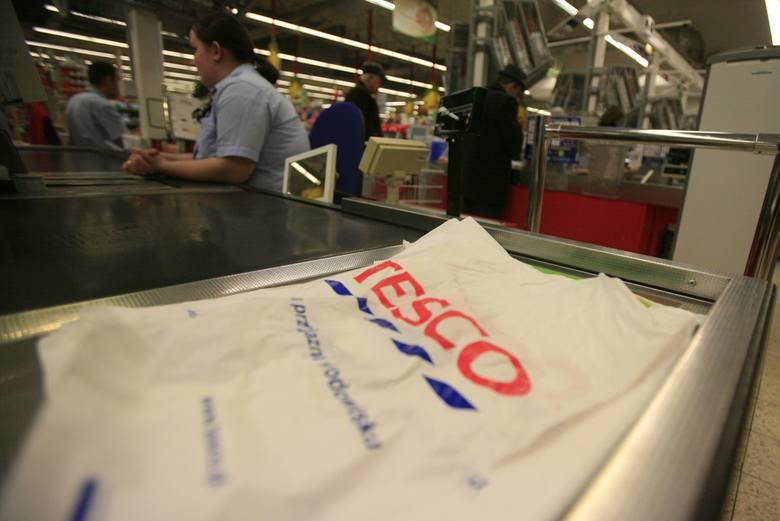 W hipermarketach Tesco trwa wielka wyprzedaż. Niektóre półki sklepowe już święcą pustkami. Ceny są obniżone nawet o 50 procent.  - Trwa redukcja asortymentu