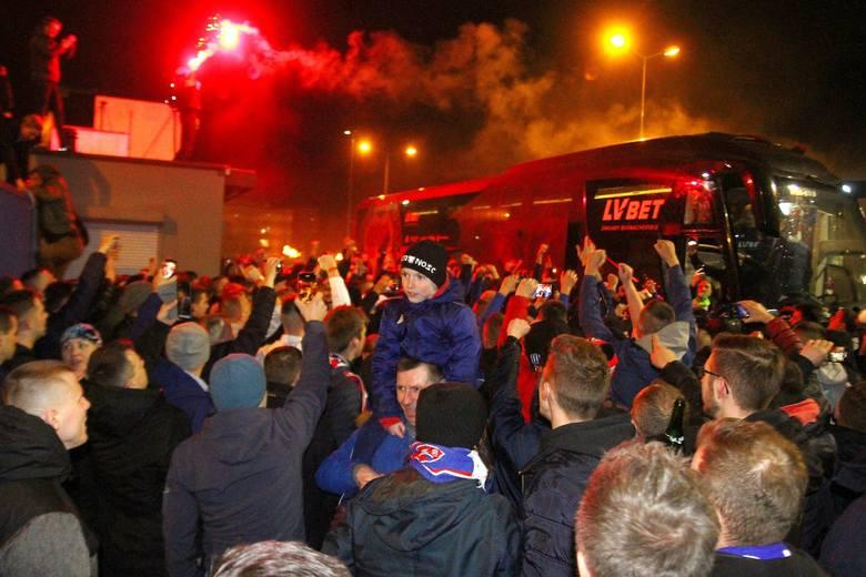 Derby Krakowa 2020. Powitanie piłkarzy Wisły przez kibiców