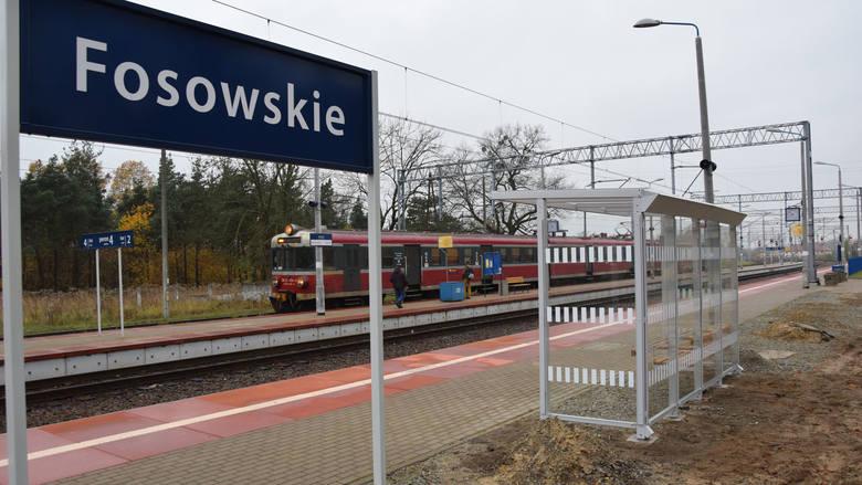 Na stacji w Fosowskiem (pow. strzelecki) skąd odjeżdżają pociągi m.in. do Opola i Zawadzkiego są dwa perony. Przy jednym zatrzymują się pociągi Przewozów