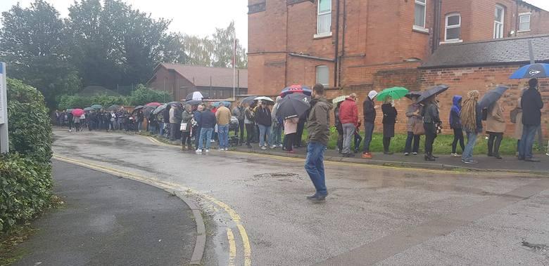 Kolejka wyborców w Nottingham w Wielkiej Brytanii