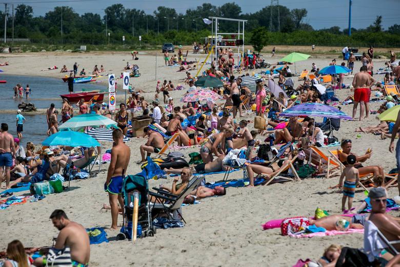 Plaża to taka duża piaskownica, w której wielu dorosłych zapomina o podstawach dobrego wychowania. Jak zachować się na plaży? Co jest najbardziej irytujące