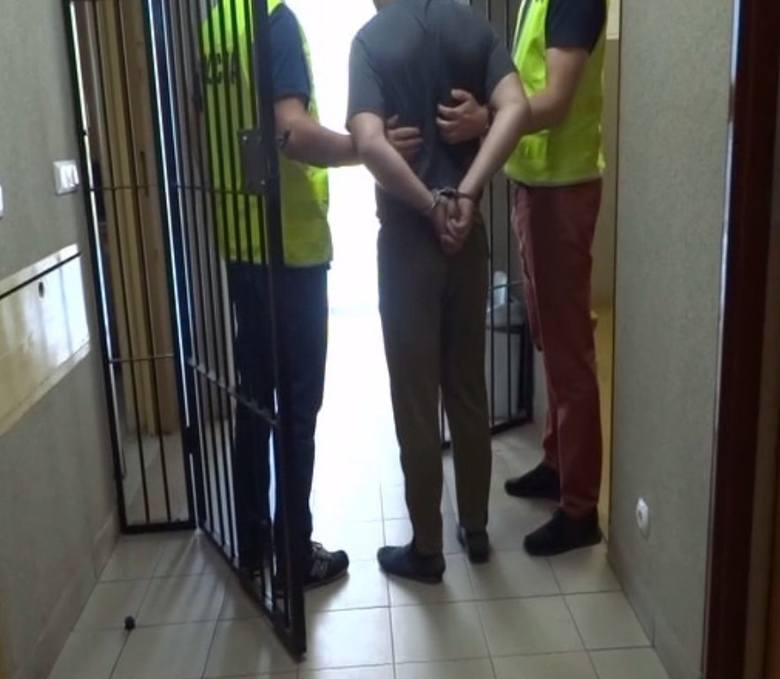 W czwartek 17 maja około godziny 4 nad ranem zamaskowany mężczyzna wszedł na stację paliw w Różanie (województwo mazowieckie). Zastraszył pracującą tam
