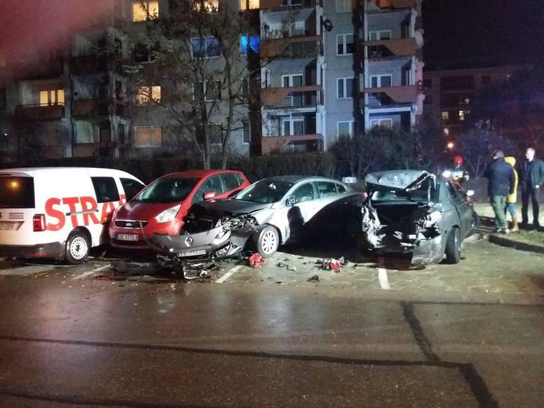 Wypadek na śliskiej drodze w Kielcach. Rozbite auta na parkingu przy Karbońskiej