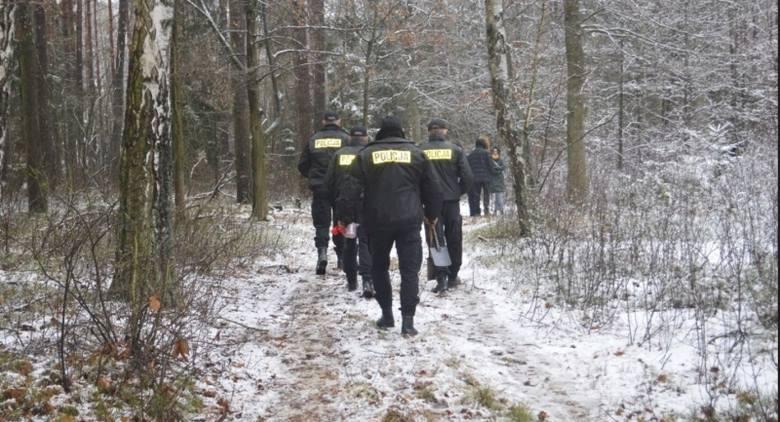 Ciało 20-letniego mężczyzny znaleziono w lesie na trasie między Sierpcem a Rypinem, w województwie kujawsko-pomorskim. Zwłoki leżały w dole, były przysypane