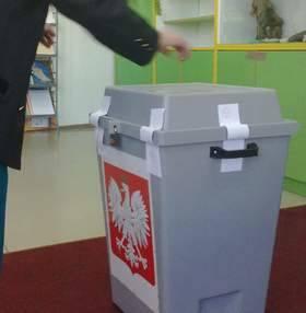 Aby oddać głos w wyborach prezydenckich w Rewalu trzeba było czekać na karty do głosowania.