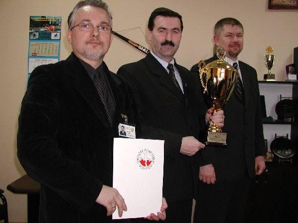 Na zdjęciu z pucharem (od lewej): sekretarz  Andrzej Hłond - znakomicie opanował regulamin  punktacji i skrupulatnie starał się zdobywanie  kolejnych,