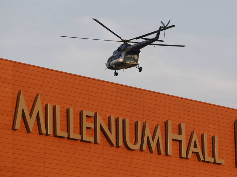 Helikopter nad Millenium HallMontaz urządzen klimatyzacyjnych za pomocą śmiglowca MI8 w Millenium Hall w Rzeszowie