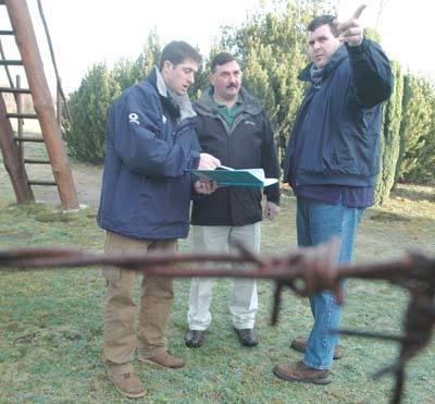 Tim Barlow i Phil Westwood w wzięli wymiary potrzebne do projektu baraku.