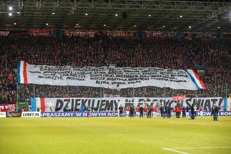 """Wisła Kraków na przełomie roku znalazła się na skraju bankructwa. Przypadek """"Białej Gwiazdy"""" nie jest wyjątkiem. Fatalne decyzje działaczy"""