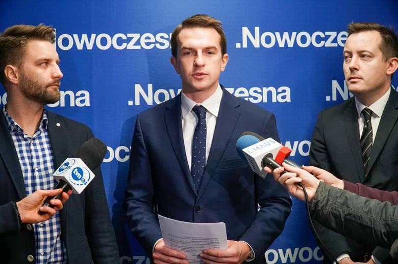 Poseł Adam Szłapka, szef Nowoczesnej, przekonuje, że są inne przyczyny odejścia radnych Nowoczesnej. Ale podczas trwającej kampanii wyborczej nie chce