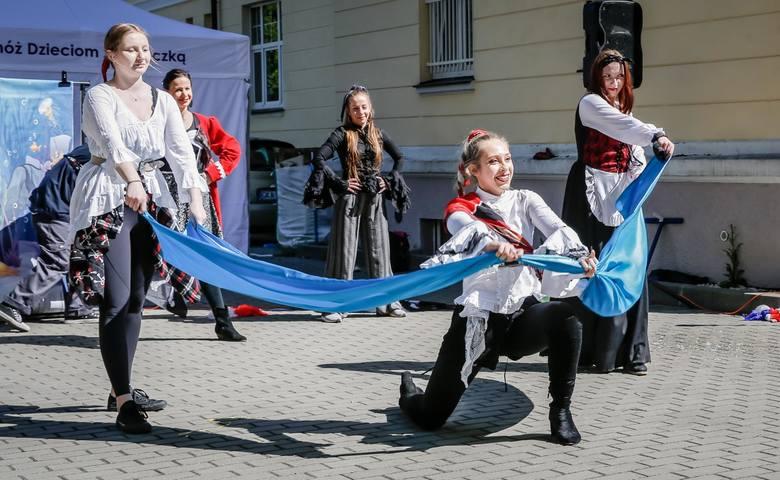 Dzień Dziecka. Animatorzy ze szkoły Just Dance - Studio Tańca i Animacji 1.06.2020 r. zaprezentowali specjalny program na parkingu UCK w Gdańsku