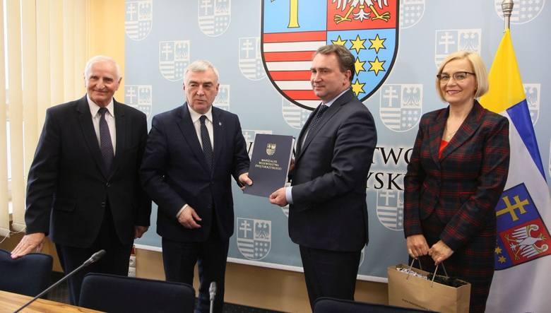 Umowy na dofinansowanie robót podpisali marszałek Andrzej Bętkowski, wicemarszałek Renata Janik dyrektor Szpitala Specjalistycznego w Sandomierzu Marek