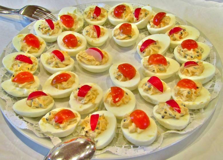 Jajka to podstawa wielu wielkanocnych potraw. Na zdjęciu jajka faszerowane