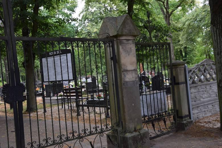 Cmentarze można odwiedzić tydzień przed lub po święcie.