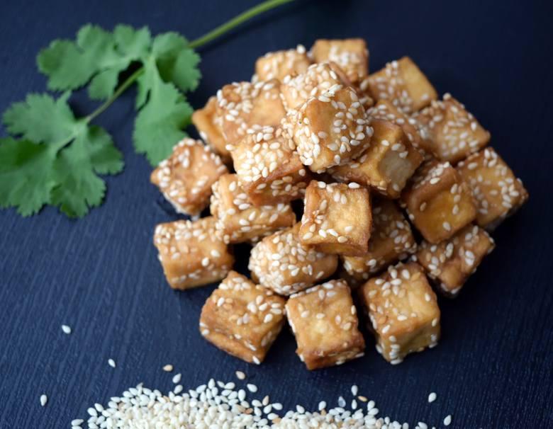 Na diecie wegańskiej dobrym zamiennikiem mięsa jest tofu, które w postaci smażonej, a zwłaszcza z dodatkiem sosu sojowego, zyskuje atrakcyjny wygląd,