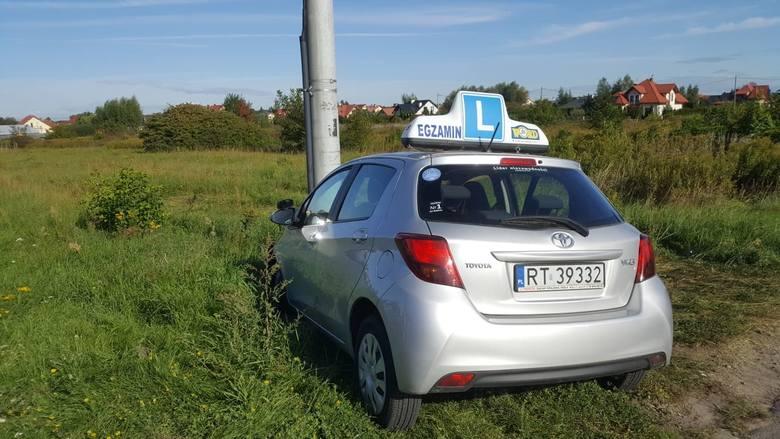 """Wypadek podczas egzaminu na prawo jazdy w Tarnobrzegu. Kobieta kierująca """"elką"""" została przewieziona do szpitala [ZDJĘCIA]"""