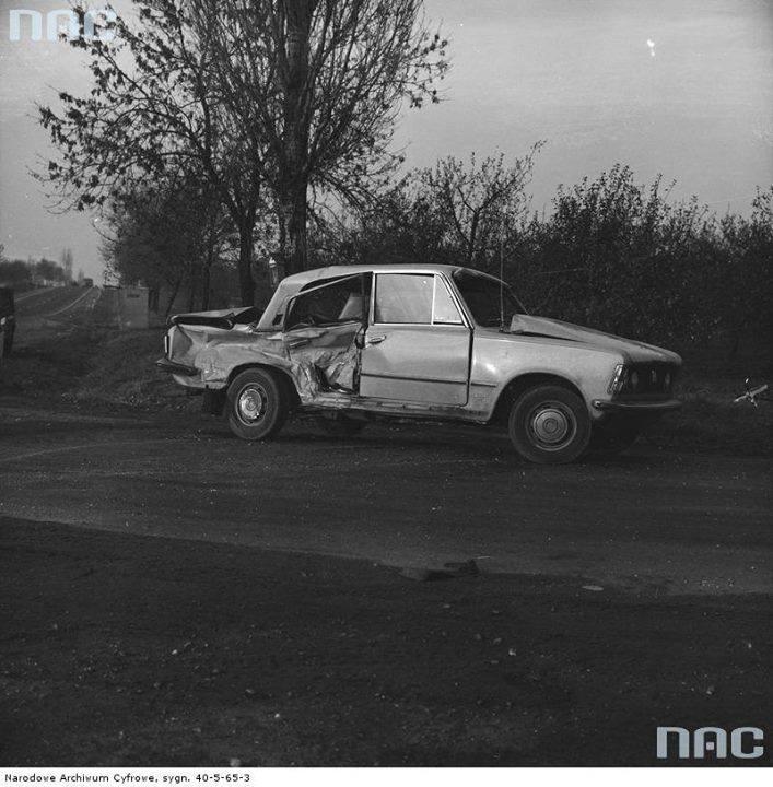 Wypadek w okolicy Grójca.  Fiat 125p po kolizji.
