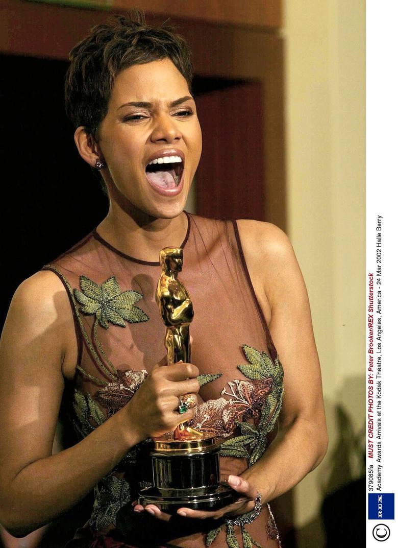 """Halle Berry w 2002 r. z Oscarem dla najlepszej aktorki za rolę w filmie """"Czekając na wyrok"""". Berry jest pierwszą Afroamerykanką, która"""