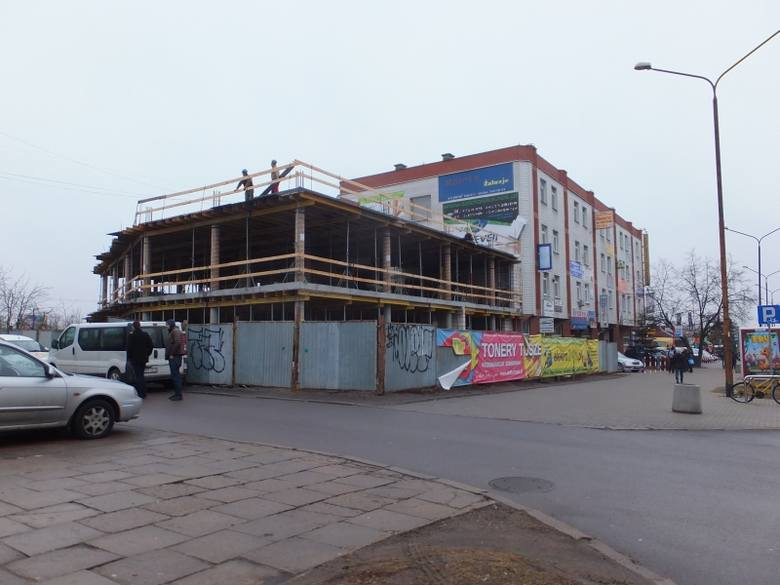 Ul. Wyszyńskiego. Powstaje nowy budynek usługowy (zdjęcia, wideo)