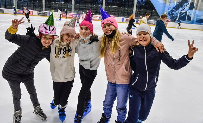 Czynne lodowiska to jedna z niewielu alternatyw dostępnej obecnie rozrywki. Na łyżwy tym chętniej wybierają się zarówno młodsi, jak i starsi. Wszak ruch