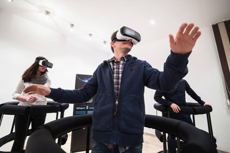 W trosce o bezpieczeństwo osób odbywających wirtualną podróż stworzono dla nich specjalnie zabezpieczone stanowiska. Jest ich szesnaście
