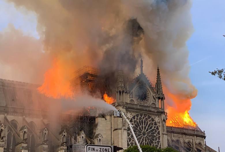 Francja: Pożar katedry Notre Dame w Paryżu NA ŻYWO [ZDJĘCIA Z WNĘTRZA] Spłonął dach katedry ZNISZCZENIA Katedra zostanie odbudowana