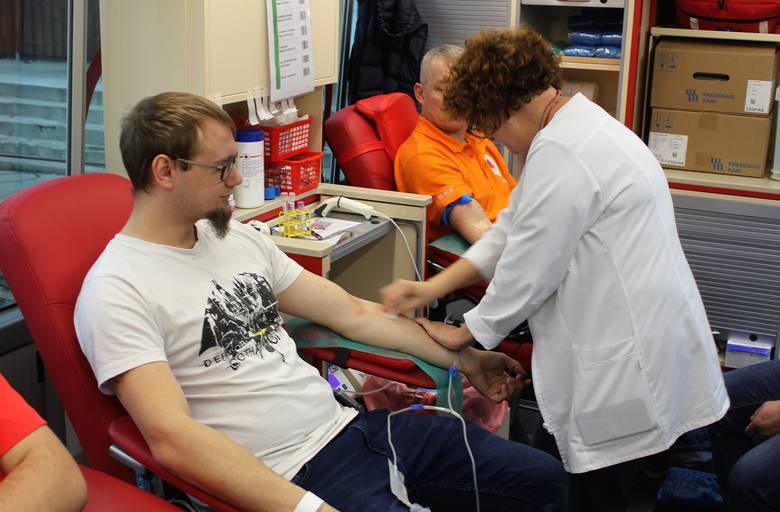 """Około 100 litrów krwi oddali w bieżącym roku członkowie Klubu Honorowych Krwiodawców przy """"Inofamie"""" SA w Inowrocławiu. Do najaktywniejszych członków"""