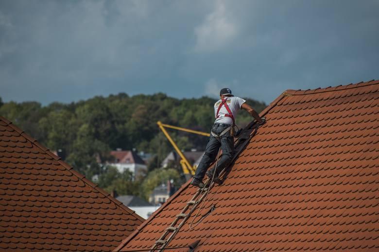Instalacja odgromowa, czyli popularny piorunochron to wciąż jeden z najskuteczniejszych sposobów na uchronienie domu przed skutkami burzy. Pamiętaj,