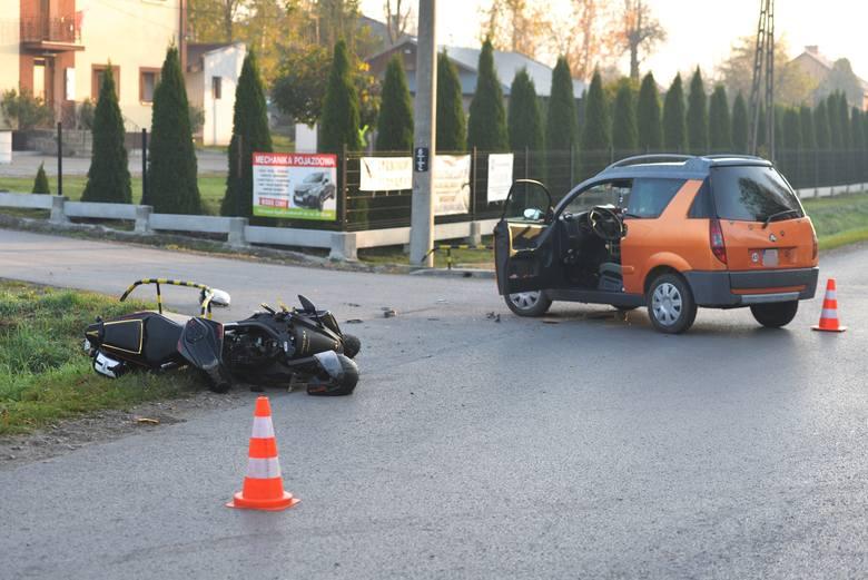 Policjanci i strażacy pracują na miejscu wypadku drogowego w Buszkowiczkach pod Przemyślem. We wtorek około godz. 7.30 doszło tam do zderzenia motocyklisty