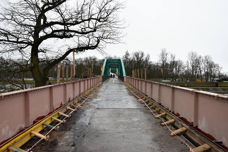 Przebudowa mostu z Pasieki na Wyspę Bolko. Wzdłuż przeprawy pojawiły się stelaże pod kładki dla pieszych.