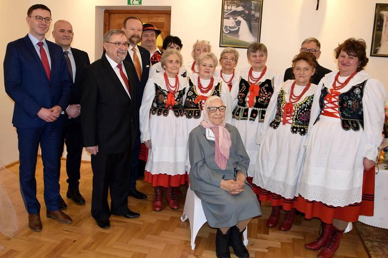 """Ostatnia sobota upłynęła w Tarnowcu koło Jasła pod znakiem obchodów niecodziennych urodzin. """"100-kę"""" Heleny Sanockiej świętowali z"""