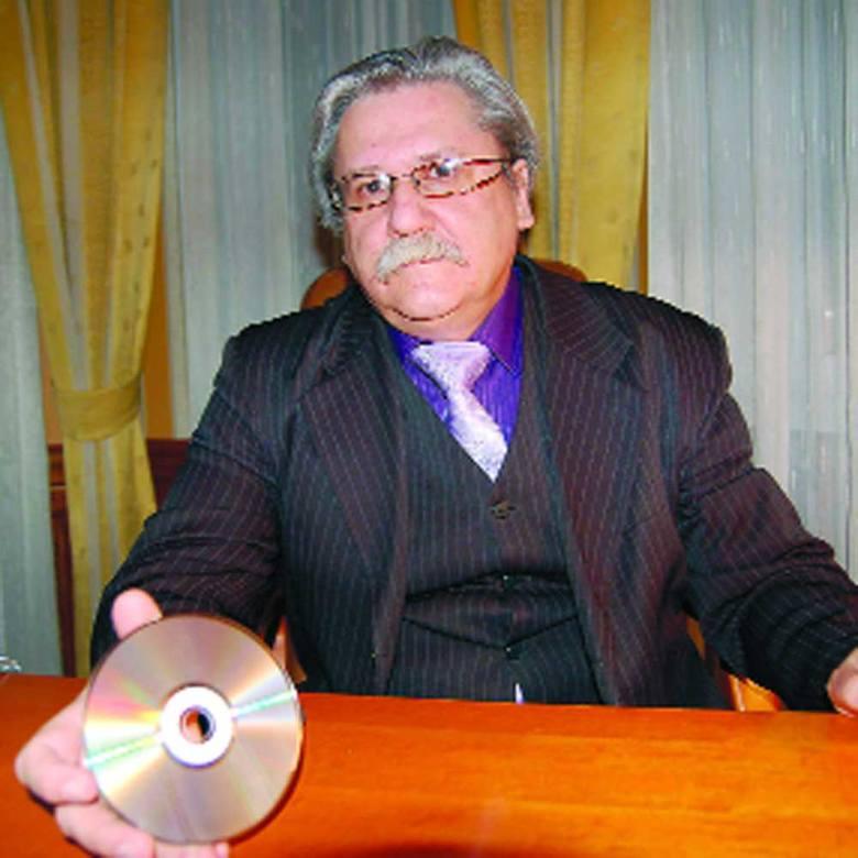"""Mecenas Mirosław Wacławski prezentuje płytę zespołu """"Bayer Full"""", na której znalazł się utwór szczecineckiej grupy """"Kram""""."""
