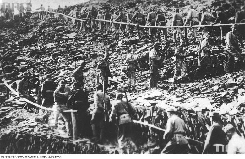 Żołnierze austro-węgierscy wchodzący na wzniesienie, między 1914 a 1918.<br />