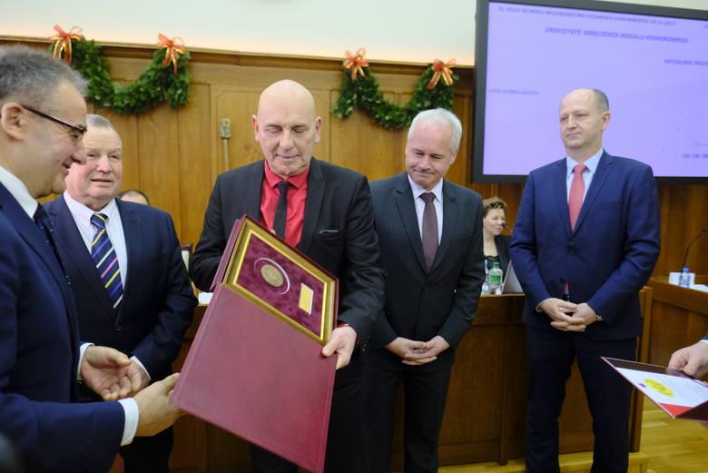 """Na dzisiejszej (18.12) sesji sejmiku województwa przedstawiciele Dziennika Toruńskiego """"Nowości"""" odebrali przyznany gazecie Medal Honorowy"""