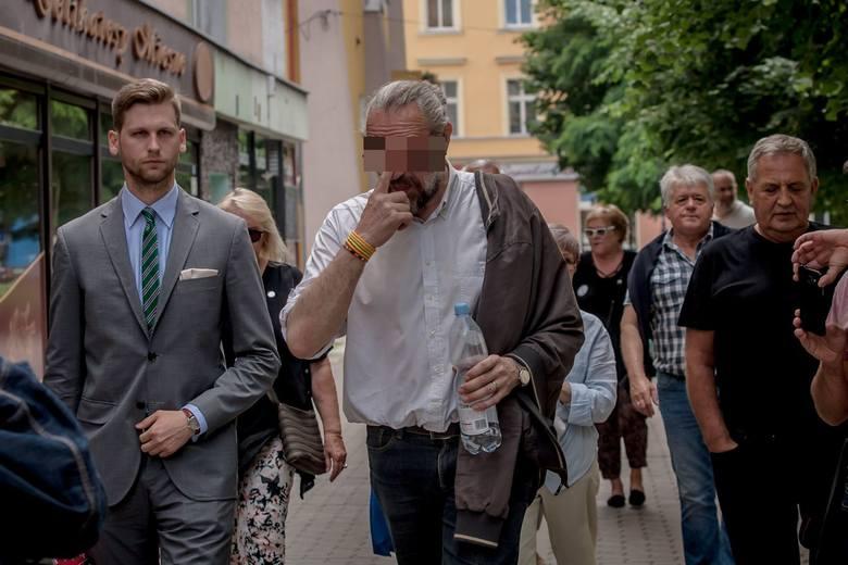 Już po wyjściu z Prokuratury Okręgowej w Świdnicy Mateusz K. przechadzał się po mieście w towarzystwie działaczy KOD-u. W końcu dopadł go głód. Posilił