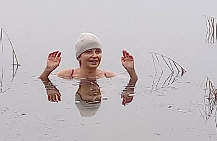 Profesor Anna Świercz podczas morsowania