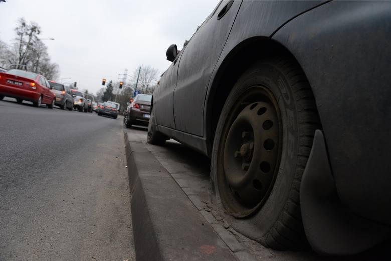 """Definicja wraku określona jest w art. 50a ustawy Prawo o ruchu drogowym (Dz. U. 1997 Nr 98 poz. 602 ze zmianami): """"pojazd pozostawiony bez tablic rejestracyjnych lub pojazd, którego stan wskazuje na to, że nie jest używany, może zostać usunięty z drogi przez straż gminną lub Policję na koszt..."""