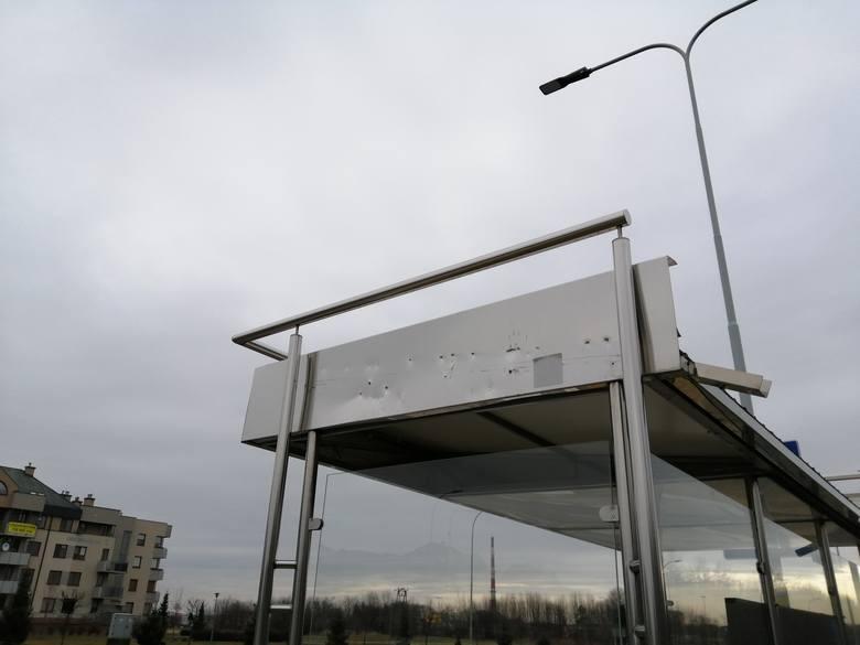 W Rzeszowie trwa wymiana przystanków autobusowych na nowe. Pomarańczowo-szare wiaty zamontowano już m.in. w rejonie Podkarpackiego Urzędu Wojewódzkiego.