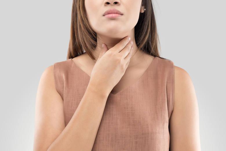 Choroba Hashimoto prowadzi do powolnego zniszczenia miąższu tarczycy, powodując niedoczynność narządu i objawy charakterystyczne dla tego schorzenia.