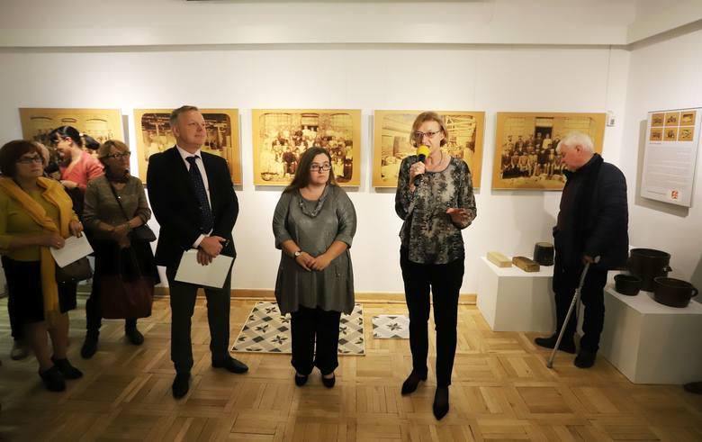 Ekspozycja przygotowana przez Martę Trojanowską i Tomasza Staniszewskiego przybliża zapomniane dziedzictwo ceramiczne Radomia – 102-letnią historię fabryki