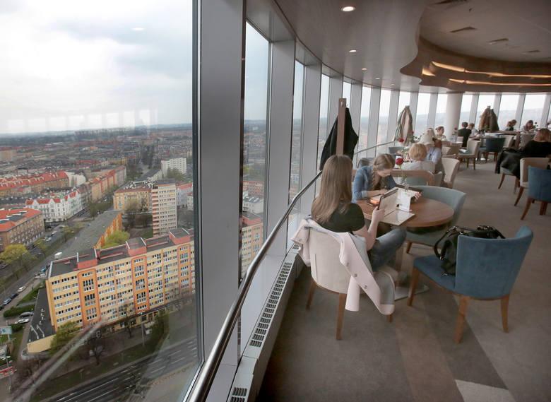 Zobaczcie nowe wnętrza kawiarni Cafe22. Po ponad 3-miesięcznym remoncie, najwyżej położona kawiarnia Szczecina została w piątek ponownie otwarta. Lokal