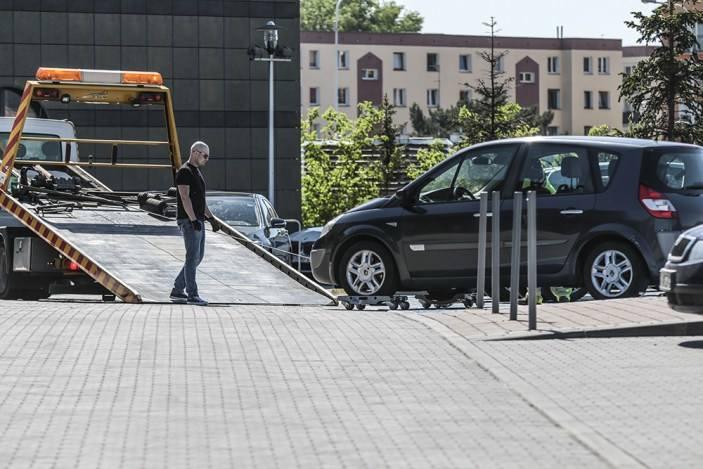 Kierowca renault w niedzielę, 13 maja, zaparkował auto w miejscu dla inwalidy przy wejściu do Centrum Rekreacyjno-Sportowego w Zielonej Górze. Wezwano