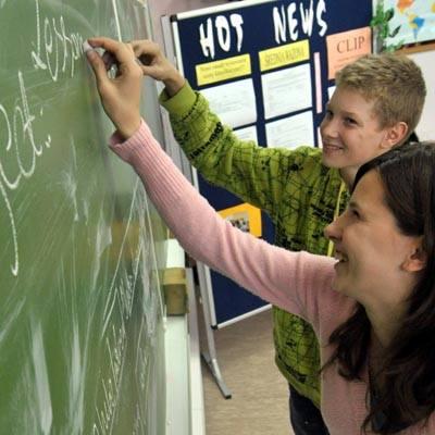 W grupie gimnazjalistów uczących się języka angielskiego są uczniowie klasy 3a Barbara Łakoma i Mateusz Kołata
