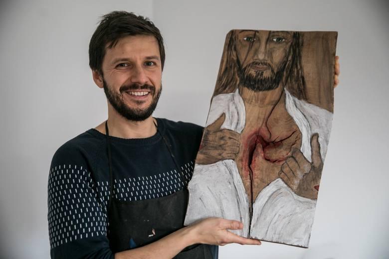 Michał Kasprzyk jest z zawodu prawnikiem. Ta praca jednak go nużyła, nie dawała satysfakcji. Na drewnie zaczął malować obrazy świętych. Czuje, że to jego powołanie