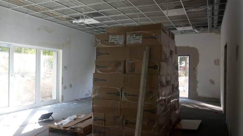 W niektórych pomieszczeniach nowego żłobka fachowcy już kładą płytki