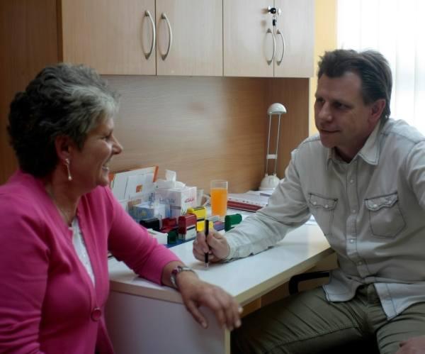 – Lekarz nigdy nie może okłamać chorego – mówi onkolog dr Cezary Juda. Na zdjęciu z pacjentką – Gabrielą Strzys.