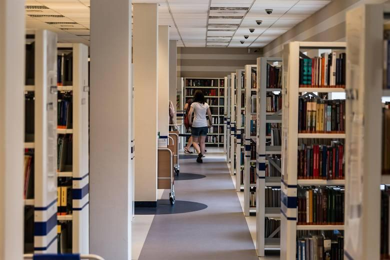 Bibliotekarze chwytają się za głowy, bo fantazja uczniów zdaje się nie mieć końca. Sprawdźcie, jak młodzi ludzie przekręcają tytuły znanych książek.